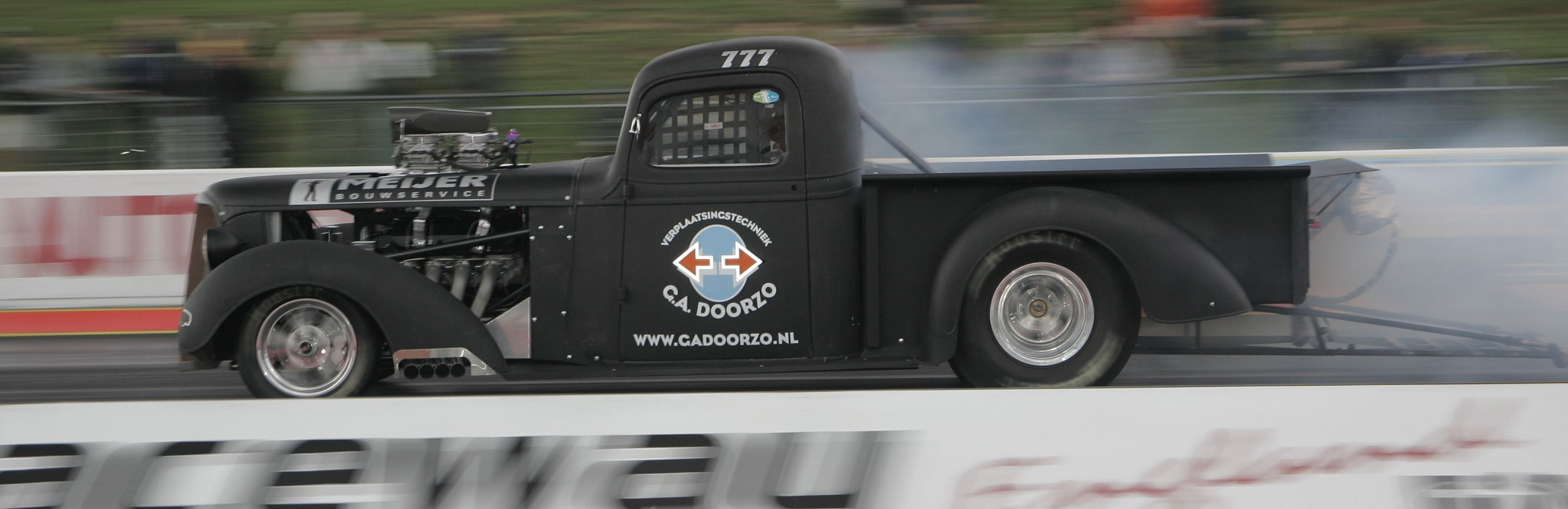Illustratie: foto van de Chevrolet truck uit 1937 waarmee het raceteam menig circuit bezoekt.